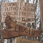 GROZNO: Plitvičko jezero koje pliva u fekalijama odgovorni su jučer ogradili žicom, mrežama, trakom koja upozorava na visoki napon te uklonili natpise ekologe o ekocidu (foto: romeo ibrišević)