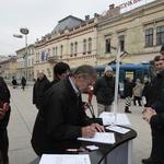Hrabar čovjek umire samo jednom, kukavica svaki dan, poručio je danas brojnim Osječanima Mislav Kolakušić (foto: Igor Stažić)