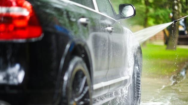 Prije ljeta temeljito uklonite sol s automobila