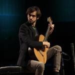 Uz standardan gitarski repertoar Petrit Çeku uključuje i obrade velikih majstora poput Valtera Dešpalja, čije je obrade kompletnih Suita za violončelo J.S. Bacha i snimio za španjolsku diskografsku kuću Eudora Records. Okušao se i u umijeću obrađivanja melodija, ali pretežno za sastav tri gitare