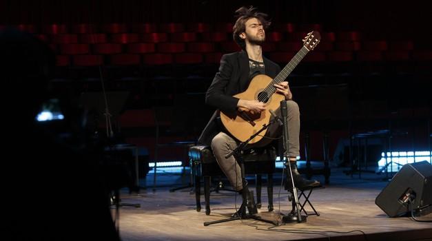Imam dvije mame i dva tate, zato sam uspio kaže Petrit Çeku, gitarist i hrvatsko-kosovska zvijezda