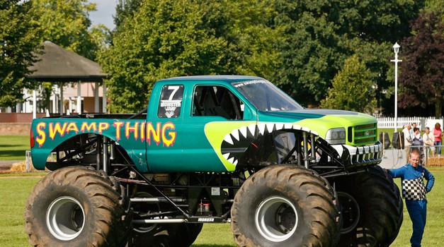 Kakva snaga! Pogledajte kako monster truck izvlači kamion iz vode