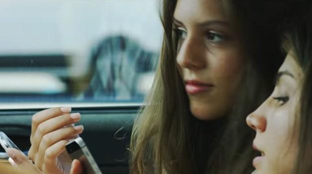 Korištenje mobitela tijekom vožnje uzrokuje 40 % nesreća mladih vozača, a najopasnije je razgovarati i upravljati navigacijom