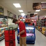 U KONZUMU IMA DIVNIH LJUDI Slijepoj osobi mladi trgovac pomogao kupiti namirnice, a potom na blagajni platio njen račun (foto: goga vukres)
