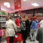U KONZUMU IMA DIVNIH LJUDI Slijepoj osobi mladi trgovac pomogao kupiti namirnice, a potom na blagajni platio njen račun