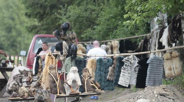 Na samo 200 km od Moskve lokalni seljaci uz cestu nude preparirane medvjede, vukove, jazavce, bunde, mast...