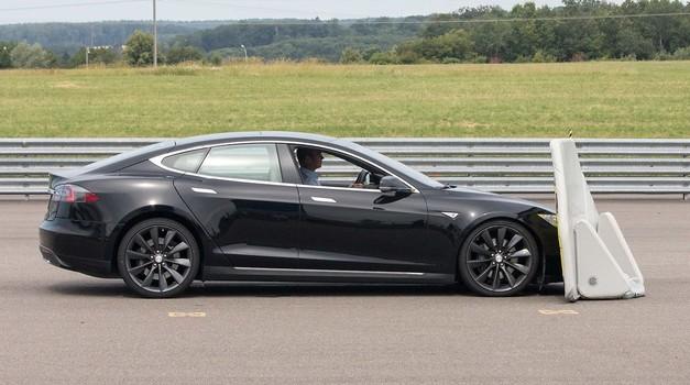Tesla Model S se osramotio na testu kočenja