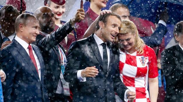 - BiH je tempirana bomba koja ima problema s džihadistima povratnicima, Nato i EU slabe i valja se približiti Rusiji, kazao je Emmanuel Macron, a Merkel i Komšić razočarani dijelom njegovih izjava