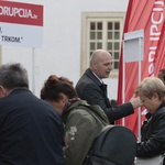 Mislav Kolakušić krenuo u osvajanje Hrvatske, Varaždinci se gurali oko štanda ne bi li mu potpisali pristupnicu, sad ima već 6000 članova i njih 73.803 na Facebooku (foto: igor stažić)