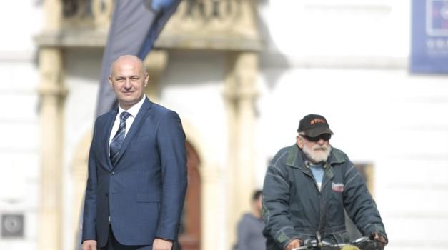 Mislav Kolakušić krenuo u osvajanje Hrvatske, Varaždinci se gurali oko štanda ne bi li mu potpisali pristupnicu, sad ima već 6000 članova i njih 73.803 na Facebooku