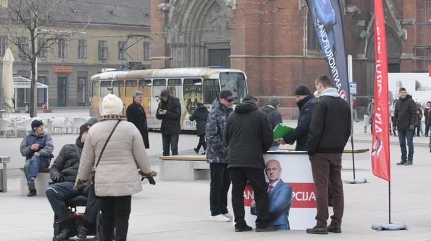 Hrabar čovjek umire samo jednom, kukavica svaki dan, poručio je danas brojnim Osječanima Mislav Kolakušić