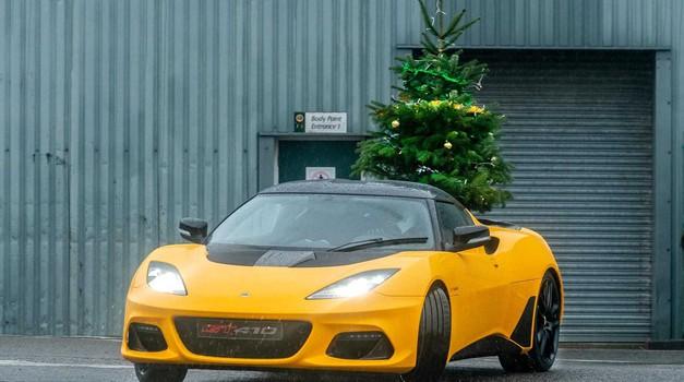 Božićno drvce iz snova dostavlja Lotus Evora