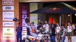 Ljepotica za modne piste Laia Sanz na KTM-u na podiju rame uz rame s najvećim junacima Dakra, s Nasserom, Nikolaevim. Priceom, Šaškinom, Bittermanom
