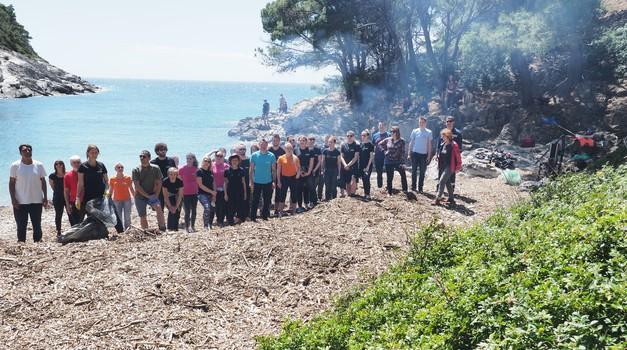 Englezi rade ono što Hrvati neće - čiste odvratno smeće s hrvatske obale  - uklonili tone otpada na Mljetu i za to dobili jedino 15 litara vina