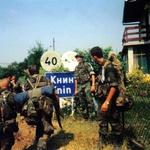 "Pripadnici 7. gbr čekaju zapovjednika brigade pred tablom ""Knin""... (foto: Ena Šimek-Šuplika)"