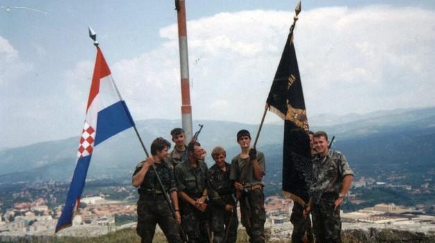 Edvard Baltić i Jasmin Hadžić prije 24 godine skinuli su okupatorski barjak s Kninske tvrđave i razvili 15 metarski hrvatski stijeg EKSKLUZIVNE FOTKE IZ 1994.