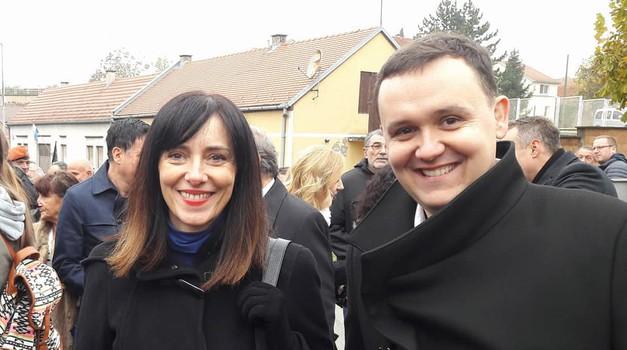 HNS se hvali da su oni najzaslužniji što počinje u Vukovaru obnova škole koja je razrušena 1991., umjesto da se svi zajedno pokrijemo preko ušiju - cijela Varšava obnovljena je u samo 5 godina