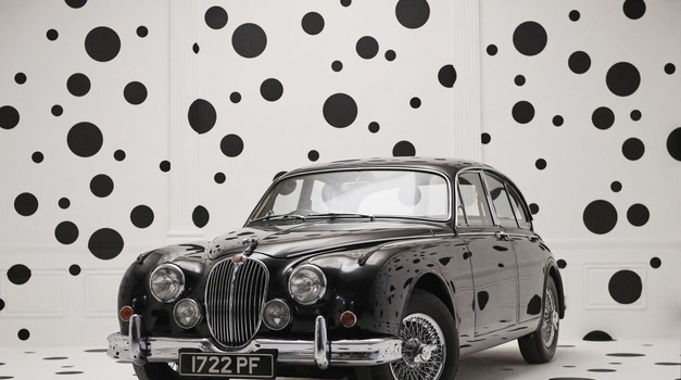 Kulisu za proslavu 60. obljetnice kultne mačke kao iz filma o 101 dalmatineru, osmislio čuveni fotograf Rinkin i to sve u čast nekad najbrže limuzine Jaguara Mk2
