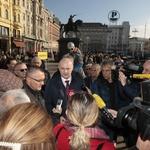 30 FOTO Mislav Kolakušić magnet za Zagrepčane i 20 minuta čekali u redu za potpis, među njima i Sinčić (foto: Igor Stažić)