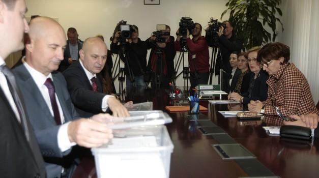 VIDEO Mislav Kolakušić: - Šokiran sam s 80.000 potpisa SDP-a i sumnjam u potpise Milanovića i onih koji su predali potpise unutar 24 sata. To je nemoguće. Sve ću ih provjeriti