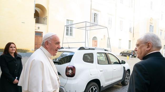 Papa Franjo ostaje ponizan - Ford Fiestu zamijenio Dacia Dasterom, naši političari i dalje bahati - milijuni kuna za bijesne Mercedese i Audije