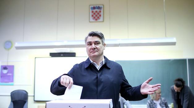 Milanović 31,39 %, Kolinda 27,83 %, Škoro 22,33 % - nakon 1/4 prebrojanih glasova - Kolakušić 5,91 %