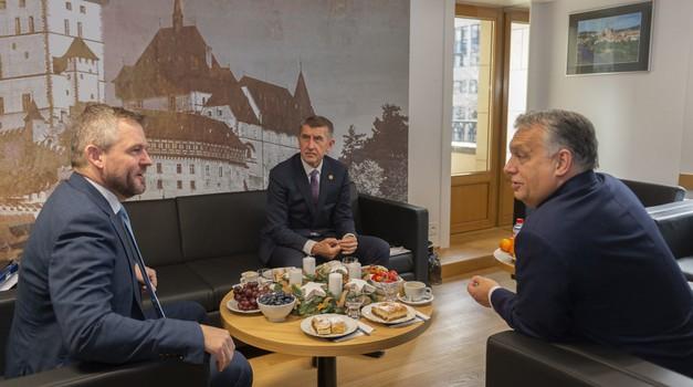 Viktor Orban s trojicom vođa Višegradske skupine u Pragu, a ne u Bruxellesu diže nove prepreke migrantima, zatvorit će se i slovačka i poljska granica prema Ukrajini, a Poljaci šalju vojsku u Grčku