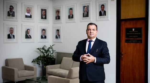 VILI BEROŠ - još do jučer kirurg i pomoćnik ministra, danas uvjerljivo najomiljeniji političar. Do danas nezabilježen meteorski uzlet nekog političara na našim prostorima.