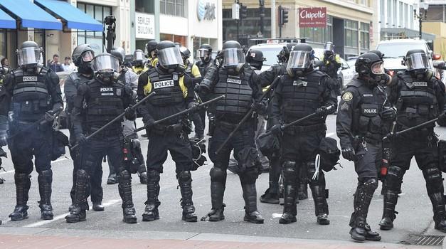 AMERIKA GORI! U 25 velikih gradova uveden je policijski sat zbog masovnih nereda