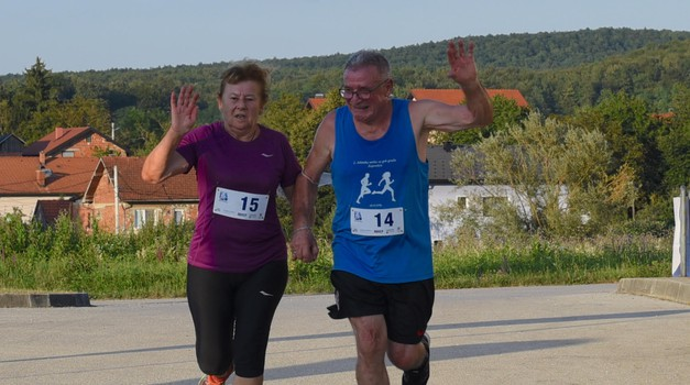 """Tako to rade oni treće dobi, držeći se za ruke Marica i Mato Krnek, utrčali u cilj """"mini maratona"""" i nisu bili posljednji"""