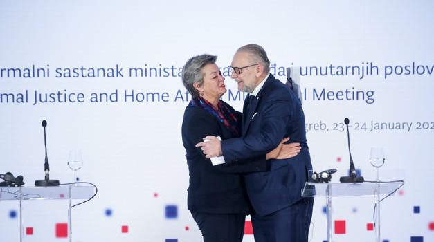 Europska komisija nema namjeru tražiti reciprocitet od Amerikanaca zbog Hrvata, Bugara, Rumunja i Ciprana - i dalje jedino s vizom u SAD i bez obzira što je EU još 2017. naredila reciprocitet