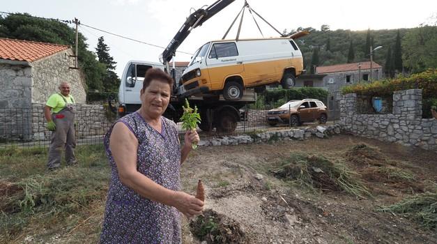 Baka Franka pripremila općenarodno veselje kad joj je nakon 30 godina uklonjena olupina iz vrta: - Umjesto kombija ovdje će rasti batate