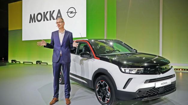 Legendarna Opel Manta dala je ideju i pečat za izgled nove Mokke, no pogon na benzin i dizel, a i struja stiže iz Peugeota