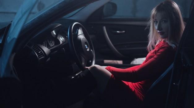 Dok ona vozi, bolje vam je šutjeti - 5 najvažnijih stvari koje naprosto ne smijete raditi u autu dok je žena za upravljačem, u suprotnom mogli bi i pješice doma