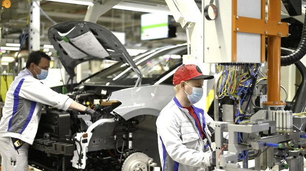 Svetovna avtomobilska industrija se že pet let krči, novo negotovost predstavlja zlovešči koronavirus.