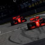 Mick Schumacher poklonio se u Nürburgringu Lewis Hamiltonu te izazvao lavinu emocija, darovao je novom Kralju Velikog cirkusa kacigu slavnog oca (foto: Ferrari)