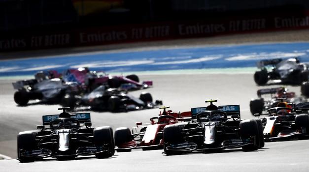 Mick Schumacher poklonio se u Nürburgringu Lewis Hamiltonu te izazvao lavinu emocija, darovao je novom Kralju Velikog cirkusa kacigu slavnog oca