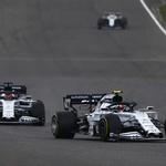Mick Schumacher poklonio se u Nürburgringu Lewis Hamiltonu te izazvao lavinu emocija, darovao je novom Kralju Velikog cirkusa kacigu slavnog oca (foto: Red Bull)