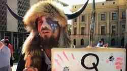"""Tko je shaman koji je zaposjeo Kongres? Zovu ga """"Yellowstone Vuk"""", odijeva se kao """"Davy Crockett"""" i """"Bik koji sjedi"""", Trumpov je pristaša, progoni globaliste, a glavna mu je sotona Hillary Clinton"""