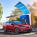 Honda Clarity Fuel Cell -Moč: 130 kW -Doseg: 580 km (EPA) -Posoda za gorivo: 5,46 kg vodika -Poraba: 0,94 kg H2/100 km -Pospešek do 100km: 8,1 s -Pogon: spredaj -Cena: 50.500 EUR (ZDA) (foto: Honda)