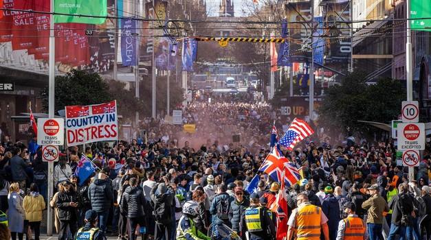 """AUSTRALIJA """"Baci masku, podigni glas"""" i """"Probudi se, Australija"""". Prosvjedi i kaos na ulicama.  . 13 milijuna građana u lockdownu!"""