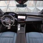 """Potpuno novi Peugeot 308 hatchback stigao je samo koji mjesec nakon Opel Astre, svojevrsnog """"atletskog zeca"""" francuske kompanije koja sad s ova dva super kompakta napada VW Golf, Ford Focus, Škodu Octaviju, Mazdu 3,  no kako je na cesti? Može li napokon skinuti s trona neprikosnovenog Golfa. Isprobali smo 308 po cestama Azurne obale rijetko vozan, prelijep, moderan, elektrificirani kompakt. Doznajemo ... Nakon sedam godina jedno od najvažnijih vozila Peugeota predstavlja se u poznatom, ali istodobno potpuno novom imidžu. (foto: Peugeot)"""